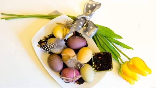 Naturalne malowanie jajek herbatą, czyli sposób na ekologiczne pisanki!
