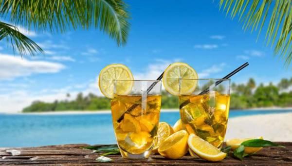 Alkoholowe drinki z herbatą na majówkę  – poznaj nowe przepisy
