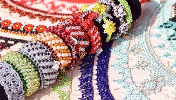 Ręcznie wykonana biżuteria – metoda na zabłyśnięcie