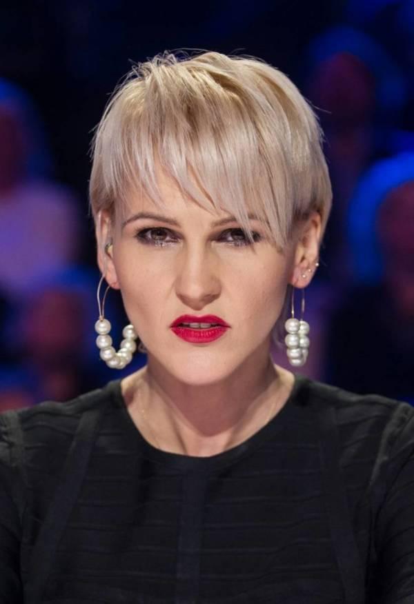 krótkie fryzury damskie Agnieszka Chylińska w blond krótkiej fryzurze