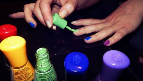 Nowy letni trend w manicure: każdy paznokieć w inny wzór