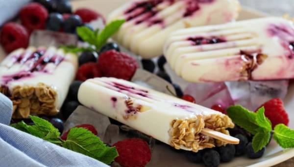 Przepis na domowe lody jogurtowe z żurawinowym musem