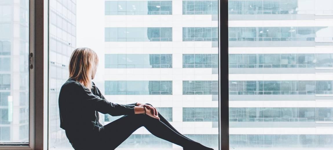 Jak nie czuć się samotnie, mieszkając w pojedynkę? 6 rad dla singielki