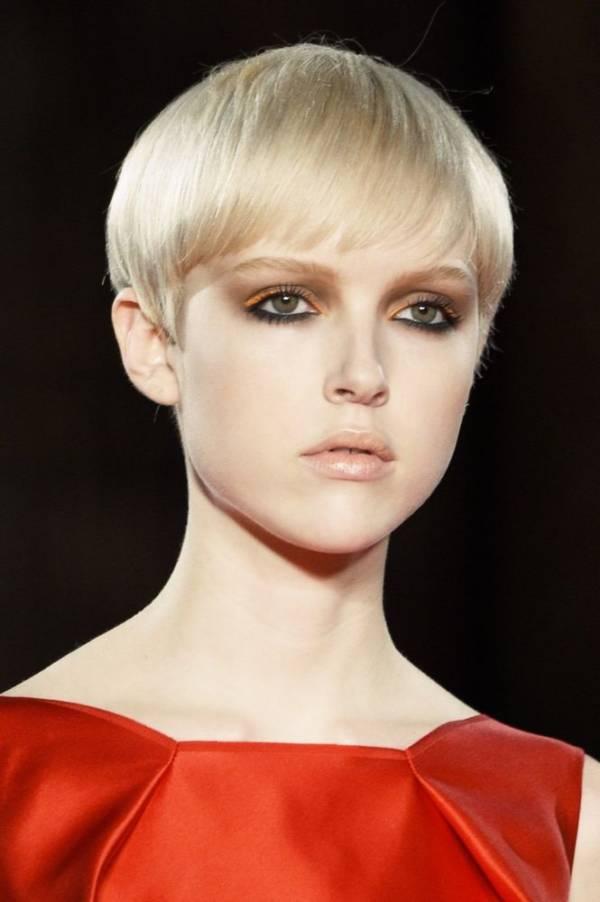 krótka fryzura dla kobiety