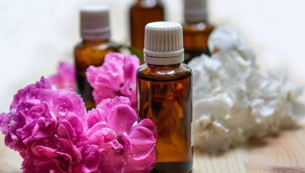 Pachnące olejki z kwiatów – prezentujemy najlepsze i podajemy przepisy na domowe mikstury