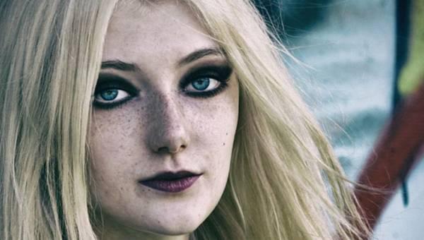 Makijaż i piegi – jaki make up wybrać, by je podkreślić?
