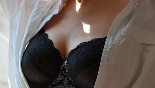 Mały lub duży biust – jak się ubierać, by ładnie wyeksponować dekolt?