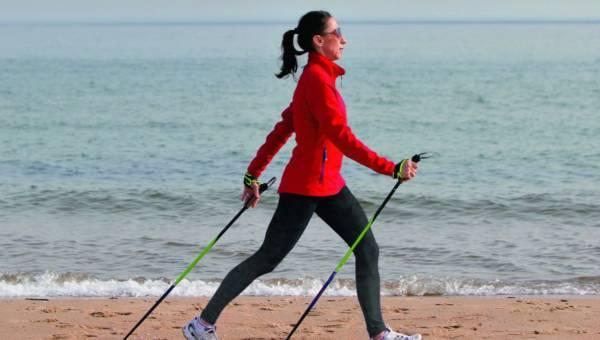 Nordic walking – poprawna technika. Jak zdrowo rozpocząć chodzenie z kijkami