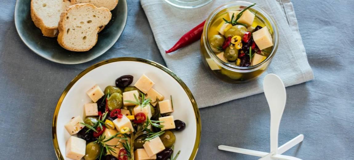Łatwa przekąska: Ser marynowany w ziołach