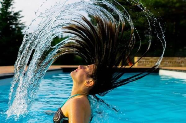 włosy i kobieta na basenie