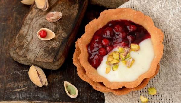 Szybki deser: Tartaletki pistacjowe z sosem porzeczkowym