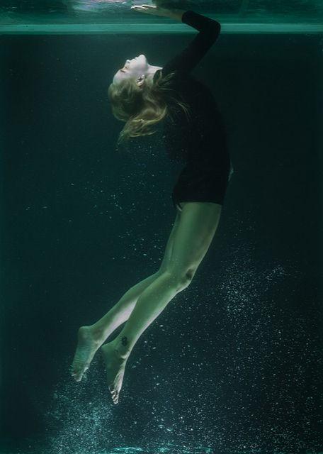 jak szybko się odświeżyć - kobieta pod wodą