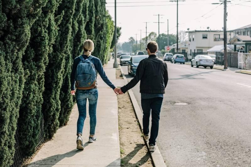 kobieta i mężczyzna trzymający się za ręce