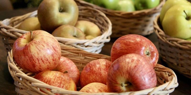 jabłka w koszykach