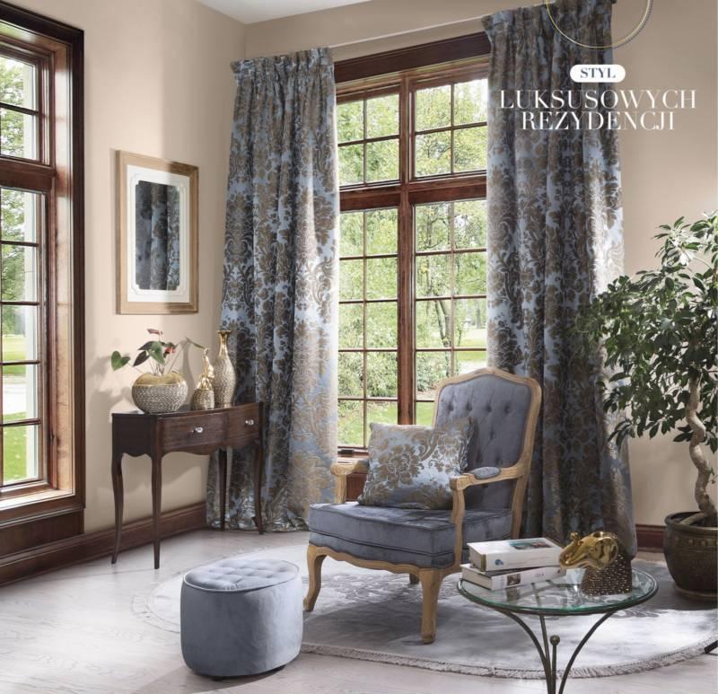 Styl luksusowych rezydencji - fotel, eleganckie zasłony