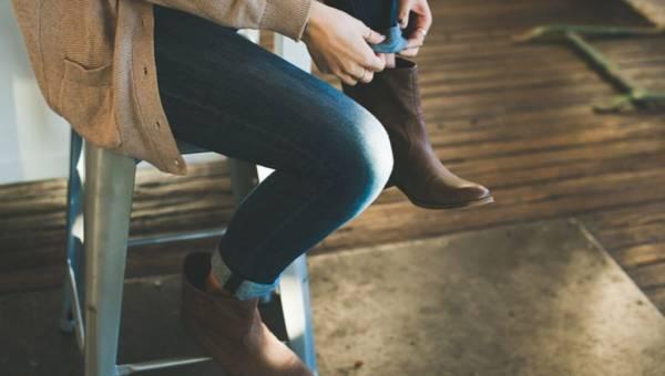 Jak nosić płaskie buty jesienią? Inspiracje i porady