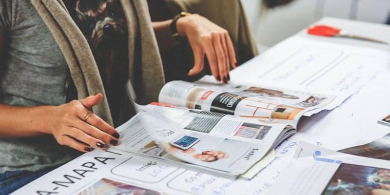czytanie gazety przez kobietę