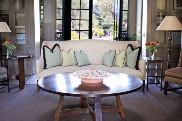 Styl luksusowej rezydencji - ozdobne ramy, okrągły stół