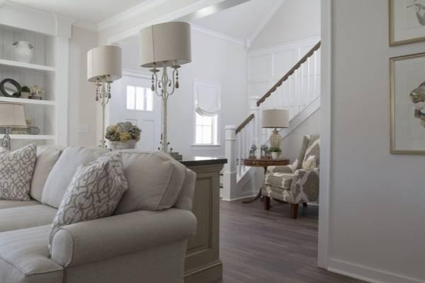 Styl luksusowej rezydencji - dużo lamp i biały kolor ścian