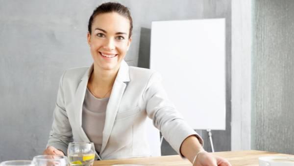 Jak dobrze wypaść na rozmowie kwalifikacyjnej. Poznaj 7 sygnałów komunikacji niewerbalnej