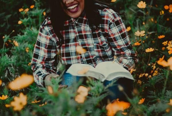 śmiech kobiety i czytanie książki