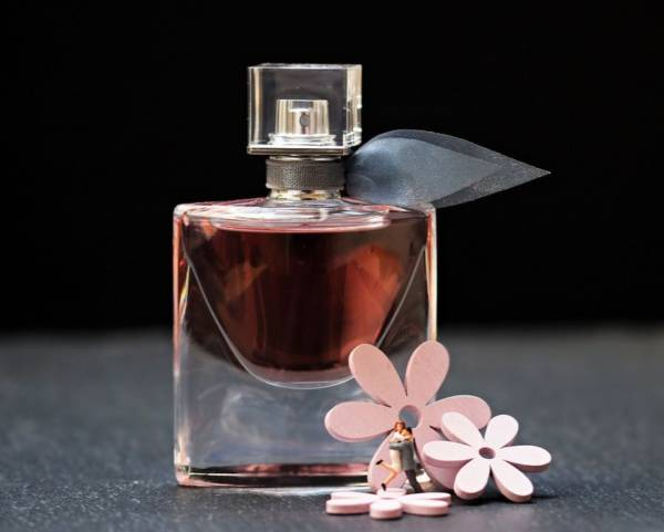 flakon perfum i sztuczne kwiaty