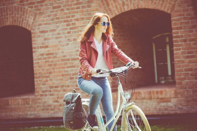 kobieta na rowerze jesienią