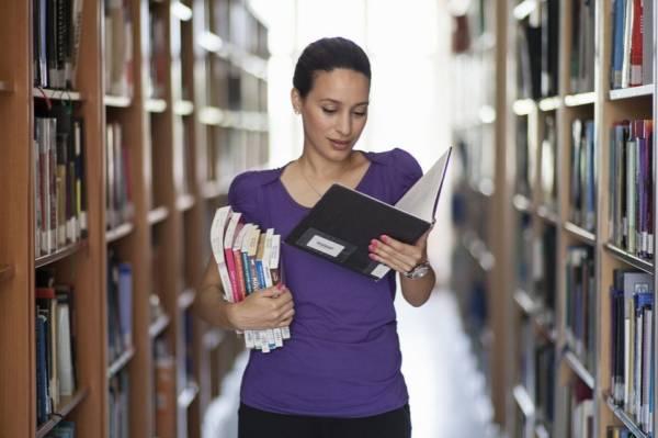 czytanie książki w bibliotece