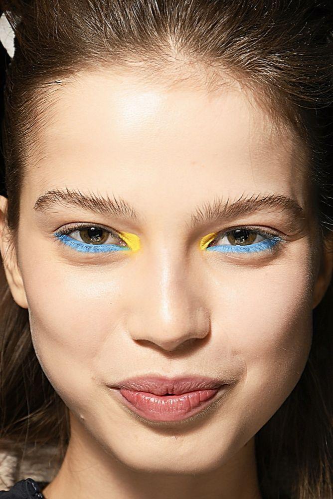 modny makijaż oczu jesień zima 2017 2018 niebieskie i żółte kreski