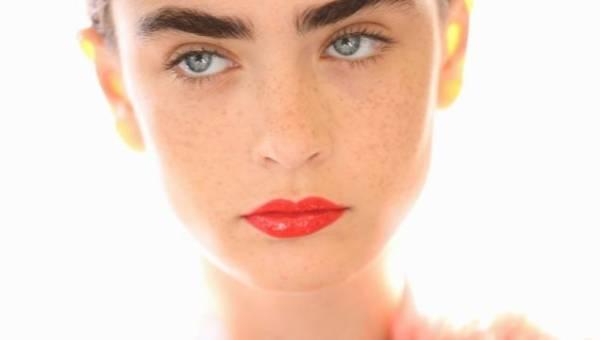 Pomarańczowe usta: jak je nosić od rana do wieczora – propozycje wizaży