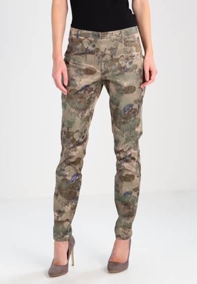 kolor taupe na spodniach