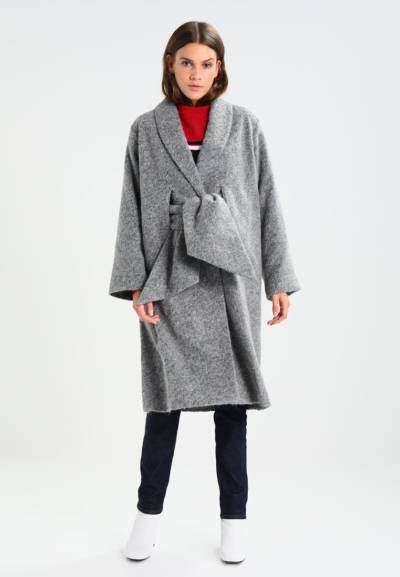 szary płaszcz na jesień