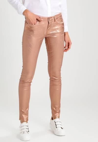 spodnie brązowe z połyskiem metaliczny trend w codziennych stylizacjach