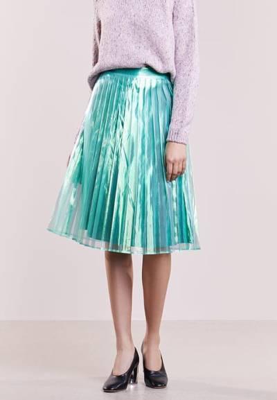 niebieska spódnica z połyskiem metaliczny trend w codziennych stylizacjach