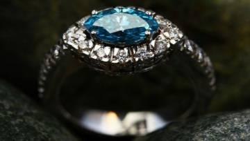 Niebieska biżuteria z kamieni szlachetnych – piękno w kolorze nieba