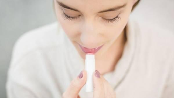 Najlepsze sposoby na spierzchnięte usta – poznaj 7 cudownych maseczek