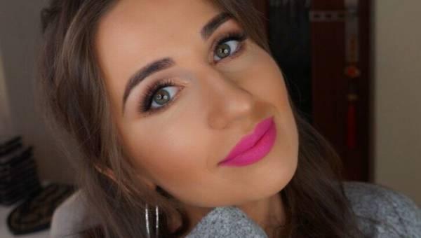 Propozycja na świąteczny makijaż w 7 krokach – mieniąca się powieka i usta w kolorze maliny