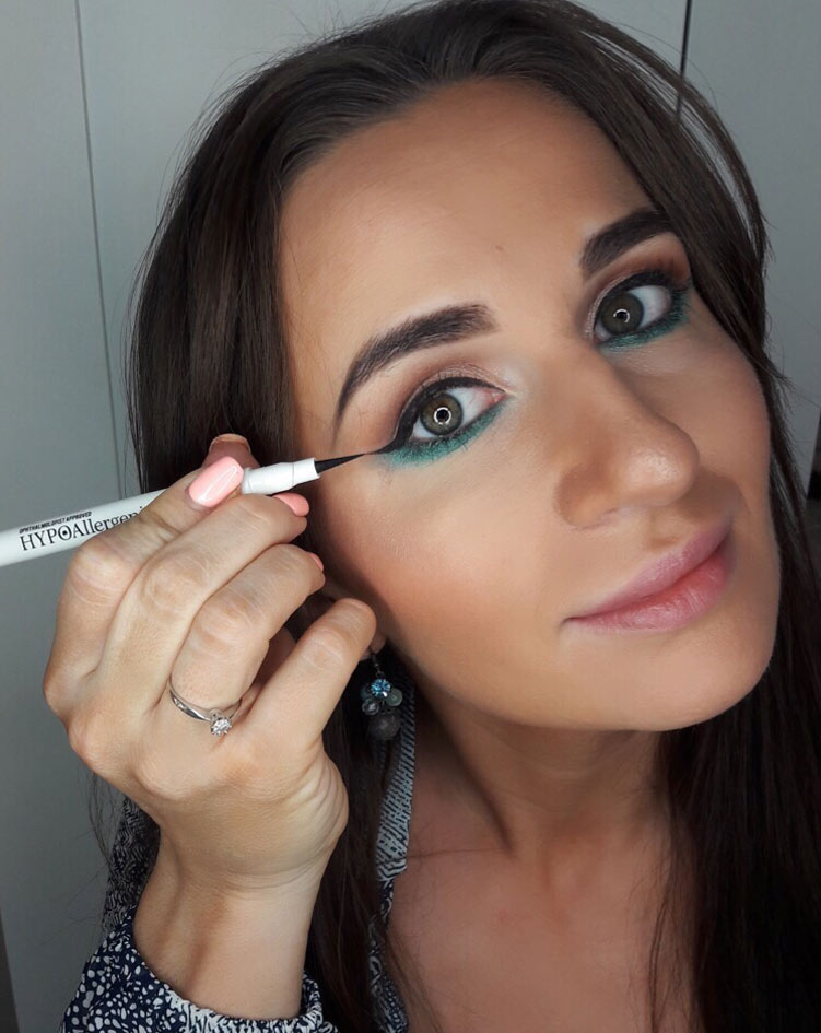 sylwestrowy makijaż - malowanie kreski eye-linerem