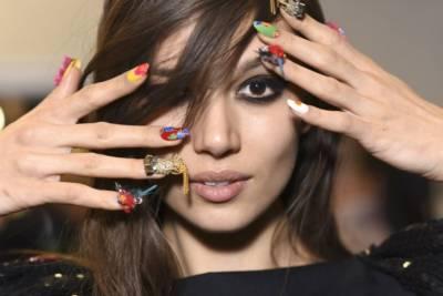 piękna kobieta i modne wzorki na paznokcie