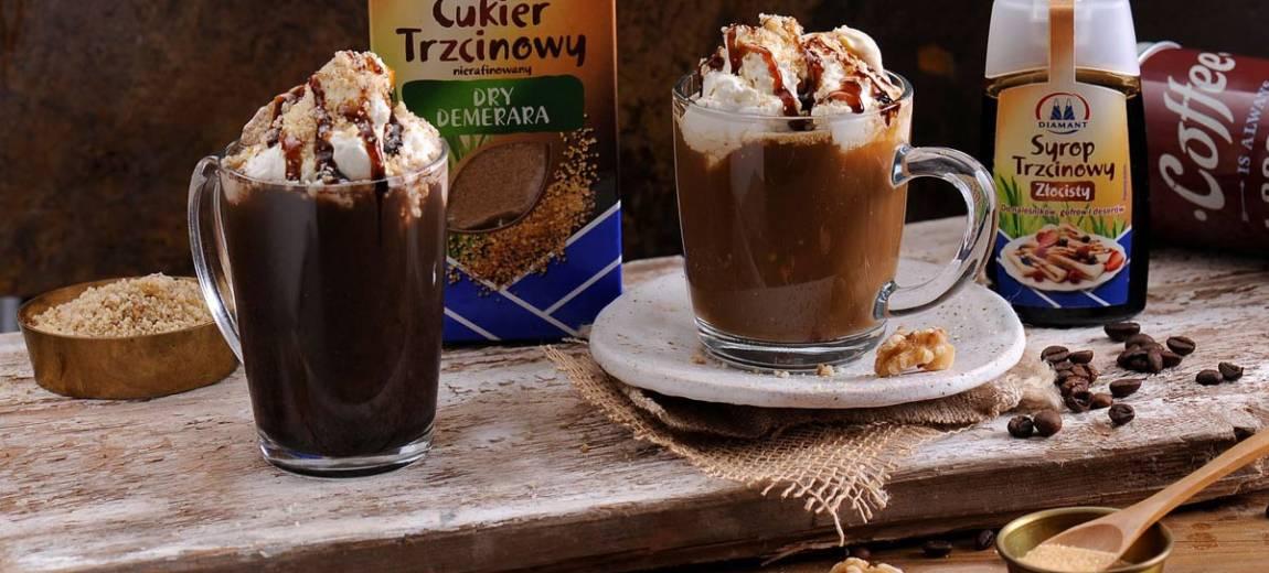 Świąteczna kawa korzenna z bitą śmietaną i syropem