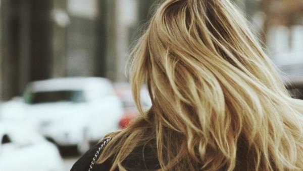 Jak zniwelować żółty odcień na włosach?