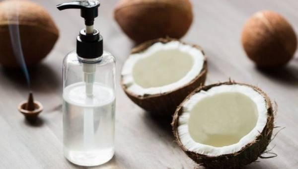 Olej kokosowy do demakijażu. Jak oczyścić cerę bez płynu do demakijażu?
