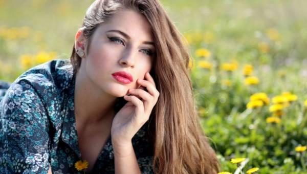 Makijaż dla szatynek – jakie kolory pasują paniom o brązowych włosach?
