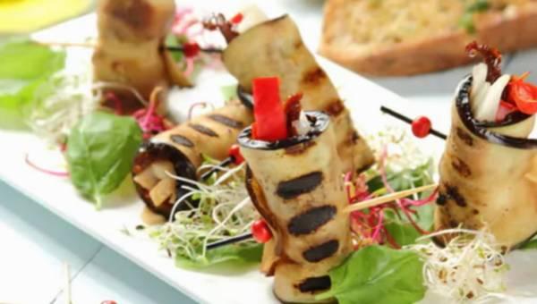 Karnawałowe roladki z bakłażana z papryką i kozim serem