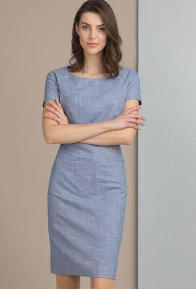 2b21370987 Elegancka szara sukienka z subtelnym wzorem i biżuteryjnym medalionem –  263