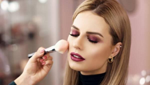 Szybki i efektowny makijaż wieczorowy – jak go wykonać?