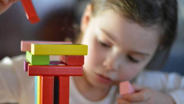 Ćwiczymy małe rączki, czyli zręcznościowe zabawki dla dzieci