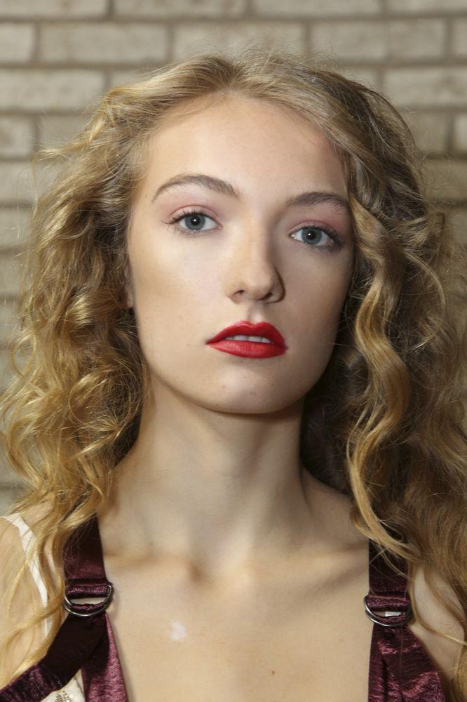 modna fryzura na długie włosy i makijaż rozświetlający