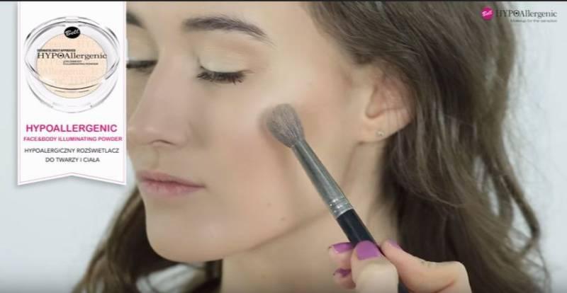 jak zrobić makijaż rozświetlający - nałożenie rozświetlacza w kamieniu