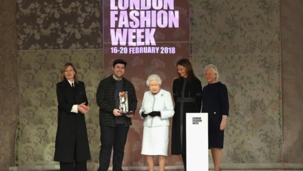Projektant Richard Quinn wyznacza trendy. Sprawił, że Elżbieta II pojawiła się na LFW!